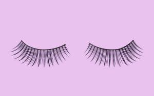 O uso de pestanas postiças pode, potencialmente, interferir com a visão, com o crescimento de novas pestanas, causar irritação ou dermatite