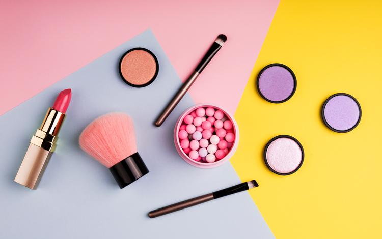 Como aplicar maquilhagem para um look saudável em cinco minutos