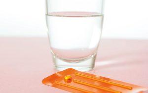 A pílula do dia seguinte é um recurso de emergência que pode evitar uma gravidez. Saiba como funciona e quais os riscos para a saúde.
