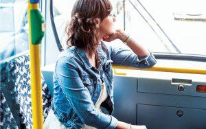 Faz mal viajar de costas nos transportes públicos?