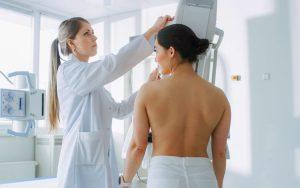 O que acontece durante a mamografia