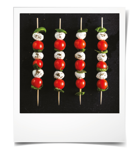 Lanches de verão: Espetadas de tomate, mozzarella e azeitonas com molho pesto caseiro